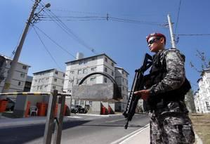 Agentes da Força Nacional fazem segurança de condomínio do 'Minha Casa Minha Vida' durante a Olimpíada do Rio Foto: Márcio Alves / Agência O Globo