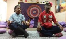 Estudantes meditam na Robert W. Coleman Elementary School Foto: Holistic Life Foundation / Divulgação