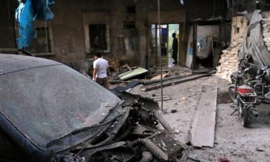 Médicos inspecionam os danos do lado de fora de um hospital depois de um ataque aéreo no bairro al-Maadi, controlado pelos rebeldes em Aleppo, na Síria Foto: ABDALRHMAN ISMAIL / REUTERS