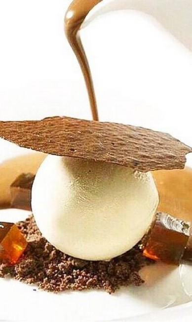 Para adoçar. O semifredo de torrone com frutas cristalizadas e secas (R$ 25) é servido com calda quente no Quadrifoglio Berg Silva / Divulgação
