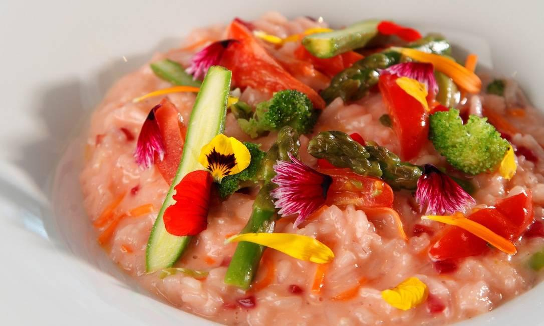 Risoto Primavera. O prato do restaurante Sá é um tradicional risoto servido com legumes e pétalas de calêndula, amor-perfeito e morango Juliano Colodete / Divulgação