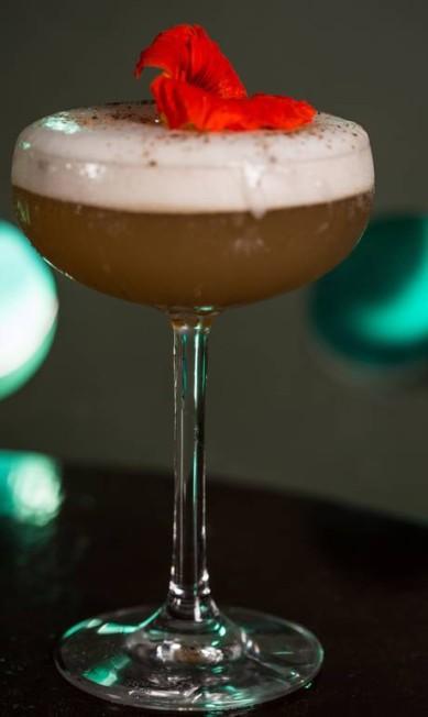 Drinque. O Sr. Le Bron (R$ 29,90), do Stuzzi, é preparado com cachaça, chá-verde, xarope de capim-limão, licor San German, angostura e espuma de camomila e finalizado com flor comestível Alle Vidal / Divulgação