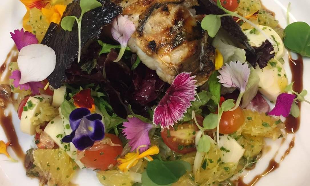 Francês. No Bagatelle, Salade de Cigale de Mer (R$ 49), cavaquinha grelhada, pupunha assado, crocantes de arroz negro, vinagrete cítricos e flores comestíveis, como violeta, capuchinha e flor de mel Sousa / Divulgação