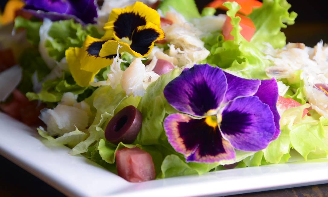 Colorida. A salada de bacalhau do Uh Lalá tem alface orgânica, azeitonas, tomates-cereja e flores comestíveis (R$ 99,80, o bufê) Rio ArtCom / Divulgação