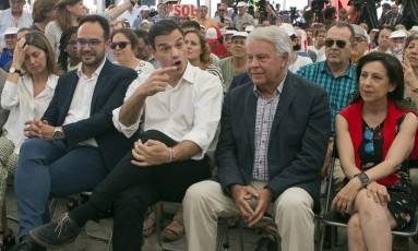 Líder socialista Pedro Sánchez (centro) gesticula ao lado do ex-presidente Felipe González durante evento de campanha em Madri, em 24 de junho Foto: Paul White / AP