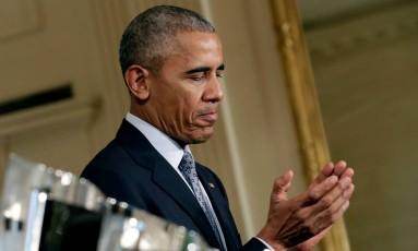 Barack Obama reage enquanto recebe o piloto Kyle Busch na Casa Branca Foto: YURI GRIPAS / REUTERS