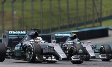 Durante o GP do Brasil de Fórmulsa -1 em 2015, os Mercedes de Lewis Hamilton (44) e Nico Rosberg (6) duelam na pista de Interlagos Foto: Andre Penner / AP