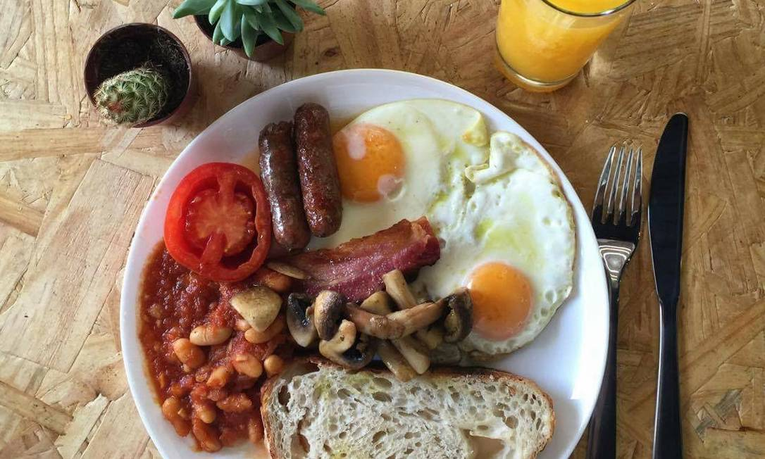 CoLAB. Café da manhã com sotaque inglês, cogumelos, ovos, bacon, linguiça, tomate grelhado, feijões e torrada Divulgação / Divulgação