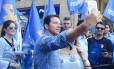 Candidato tucano tira selfies com eleitores durante caminhada na capital gaúcha