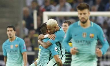 Neymar abraça Arda Turan, após o primeiro gol do Barcelona na vitória sobre o Borussia Foto: Michael Probst / AP