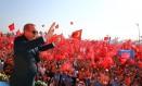 Presidente turco, Recep Tayyip Erdogan, acena para multidão em comício após golpe fracassado Foto: Kayhan Ozer / AP