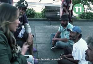 A candidata à prefeitura de Curitiba Maria Victória (PP), em seu programa eleitoral, conversando com moradores de rua Foto: Reprodução internet