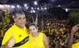 O prefeito de Aracoiaba, Antônio Cláudio (PSDB), e a vice, Dona Bill (PR), durante atividade de campanha Foto: Reprodução/Facebook