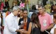 Molon (Rede) conversa com eleitora em Madureira ao lado da porta-voz nacional do partido, Marina Silva, e do candidato a vice em sua chapa para prefeito do Rio, Roberto Anderson (PV)
