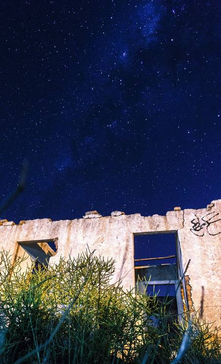 Detalhe de casa abandonada na região: à noite, a área vira um grande breu Foto: Daniel Marenco / Agência O Globo