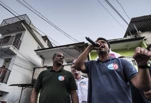Pedro Paulo discursa em Del Castilho ao lado do candidato a vereador Cassetti (PTdoB) Foto: Alexandre Cassiano / Agência O Globo