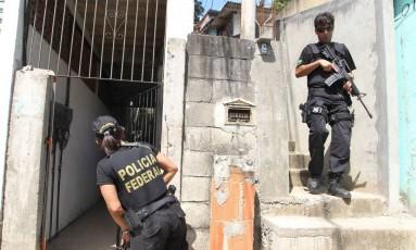 Operação da Polícia Federal para apurar denúncia de atuação de milícia no Parque da Pedra Branca, em Jacarepaguá, em 2012 Foto: Márcia Foletto / Agência O Globo