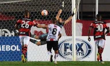 Goleiro Muralha, do Flamengo, voa, mas não alcança a bola no primeiro gol do Palestino Foto: VANDERLEI ALMEIDA / AFP