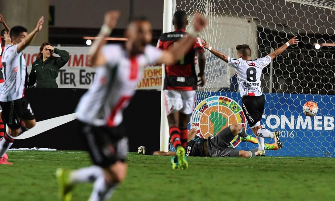 Jogadores do Palestino comemoram o segundo gol da partida contra o Flamengo VANDERLEI ALMEIDA / AFP