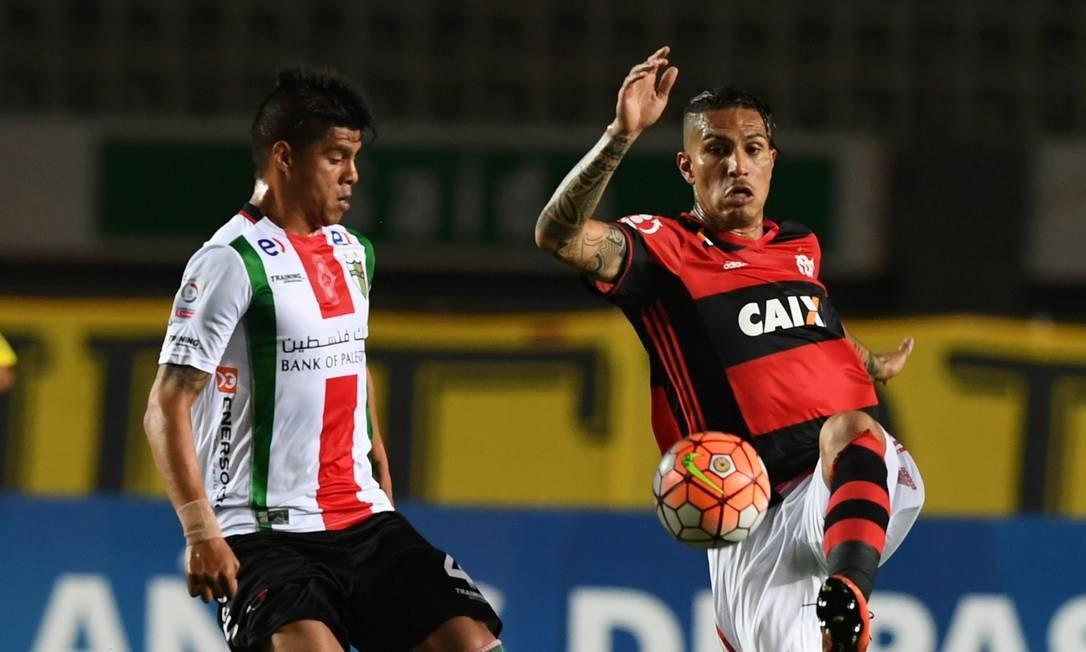 Guerrero recebe a marcação de Vidal, do Palestino VANDERLEI ALMEIDA / AFP