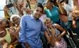 ACM Neto durante corpo-a-corpo com eleitores em Salvador, no último dia 19