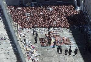Presos são dominados pela tropa de choque durante a rebelião Foto: José Luiz da Conceição / José Luiz da Conceição/19-02-2001