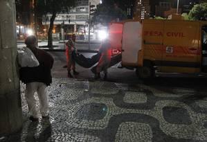 Corpo é removido do local do crime após a perícia Foto: Pedro Teixeira / Agência O Globo