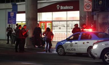 Após o crime, agentes realizam a perícia Foto: Pedro Teixeira / Agência O Globo
