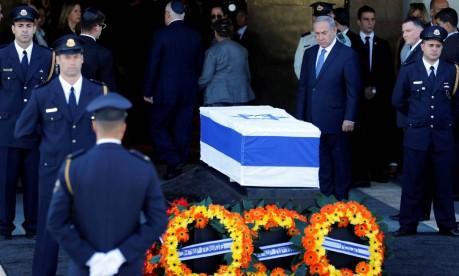 Premier Benjamin Netanyahu participa da cerimônia próximo ao corto de Raul Foto: AMIR COHEN / REUTERS