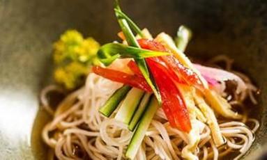 Hiyashi Somen: macarrão com molho de saquê do Sushi Izakaya Mok Foto: Divulgação