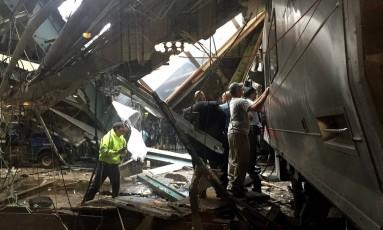 Funcionários tentam socorrer passageiros em trem que colidiu em estação ferroviária em Nova Jersey Foto: PANCHO BERNASCONI / AFP