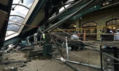 Teto colapsa após trem colidir contra estação de Hoboken, deixando passageiros presos em ferragens Foto: PANCHO BERNASCONI / AFP