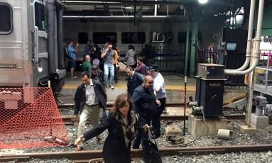 Passageiros que estavam em trem que sofreu acidente deixam composição sob orientação de autoridades em Nova Jersey Foto: PANCHO BERNASCONI / AFP