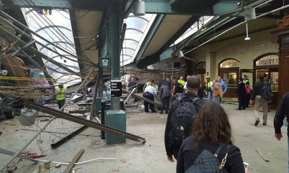 Estação de trem ficou destruída após colisão que deixou mortos e feridos Foto: AP
