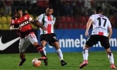 Guerrero disputa bola com jogador do Palestino Foto: Vanderlei Almeida / AFP
