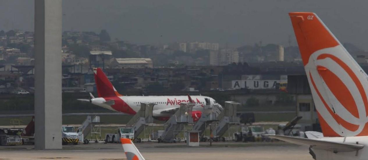 Avião da Avianca que iria para Bogotá é esvaziado após ameaça de bomba Foto: Fabiano Rocha / Agência O Globo