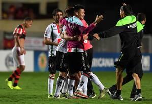 Jogadores do Palestino festejam classificação na Sul-Americana ao surpreender o Flamengo por 2 a 1 em Cariacica Foto: VANDERLEI ALMEIDA / AFP