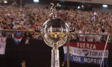 O troféu da Copa Libertadores, o mais cobiçado pelos clubes da América do Sul Foto: LUCAS NUNEZ / REUTERS