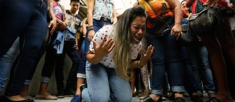 Vanessa da Silva, mãe de Renan Grimaldi, se ajoelha após direção do hospital atender a pedido da família e manter jovem ligado a aparelhos Foto: Pablo Jacob / Agência O Globo
