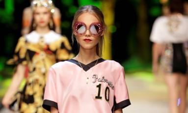 Uma das Semanas de Moda mais concorridas do mundo fashion, Milão lança tendências, e desta vez o rosa foi eleito a cor da estação. Várias nuances do tom foram vistos das passarela. Com um toque esportivo, a Dolce & Gabanna levou às passares peças com ar esportivo. Foto: REUTERS/MAX ROSSI