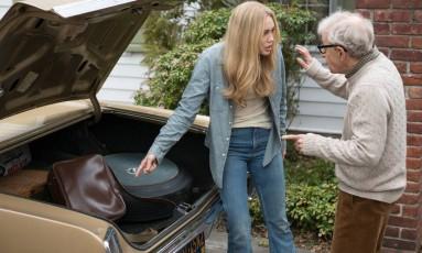 Miley Cyrus e Woody Allen em cena de 'Crisis in six scenes' Foto: Divulgação
