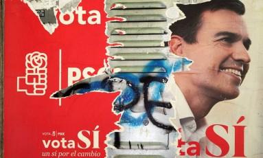 Em Madri, cartaz do PSOE com rosto de Pedro Sánchez se desfaz em muro Foto: SUSANA VERA / REUTERS