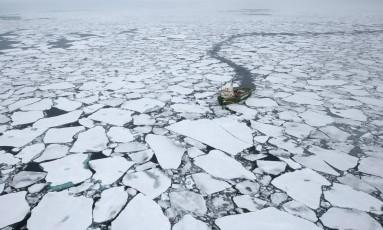 Expedição do Greenpeace ao Ártico, durante registro de degelo histórico da camada polar Foto: Daniel Beltrá/ Divulgação