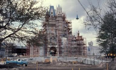 Castelo da Cinderella ainda em construção, pouco antes da inauguração do Magic Kingdom, em Orlando, em 1971 Foto: Disney Parks / Divulgação