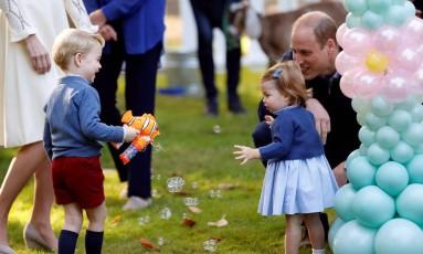 George e Charlotte brincam de fazer bolhas com William Foto: CHRIS WATTIE / REUTERS