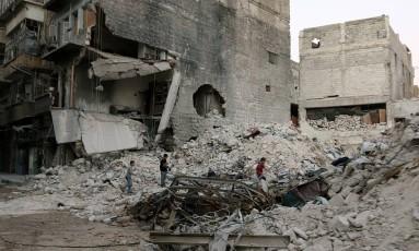 Meninos passam por escombros em area sitiada de Aleppo Foto: ABDALRHMAN ISMAIL / REUTERS