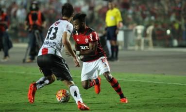 Fernandinho domina a bola na derrota do Flamengo para o Palestino Foto: Gilvan de Souza - Flamengo
