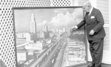 Henrique Dodsworth, segundo prefeito mais longevo do Rio, diante de painel com foto da Avenida Presidente Vargas, principal obra de seu governo Foto: 05/09/1964 / Agência O Globo