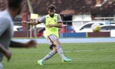 Henrique chuta a bola no treino do Fluminense nesta quinta-feira Foto: MAILSON SANTANA/FLUMINENSE