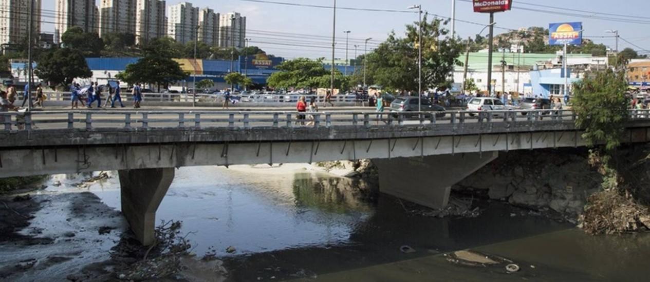 O Rio Alcântara, no município de São Gonçalo: obras de saneamento na região, com financiamento do BID, estão entre as ameaçadas Foto: Antonio Scorza